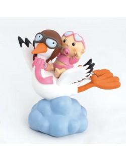 Figura cigüeña volando con niña