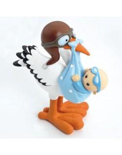 Figura de Cigüeña con niño en bolsa en el pico